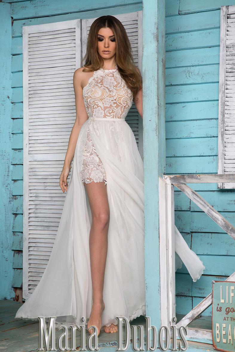 Платье с разрезом и кружевами
