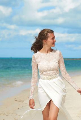 Свадебное платье с разрезом и руковами